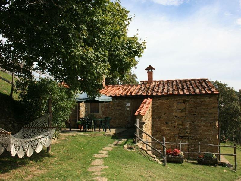 Antico casolare in pietra per 5 persone con giardino e piscina privati. Completa, holiday rental in Antria