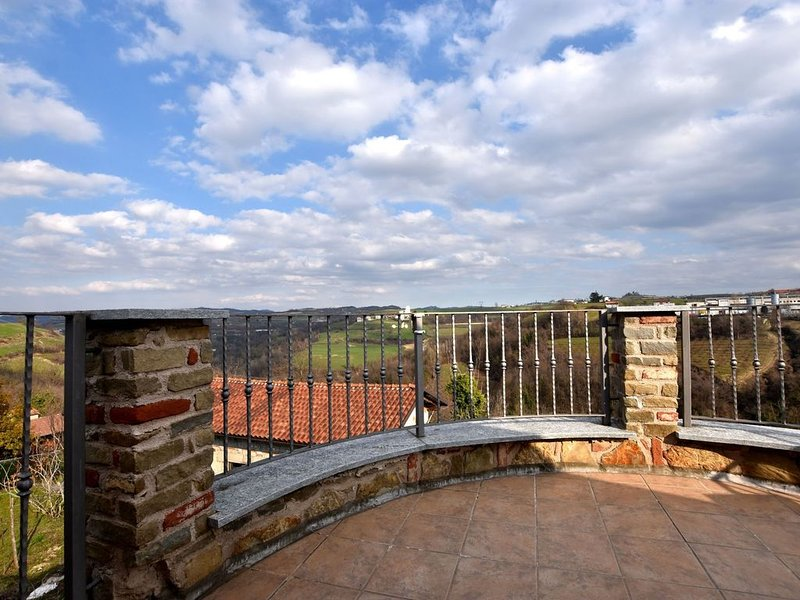 Homely Apartment with Roof Terrace, Garden Furniture, Garage, location de vacances à Castellino Tanaro