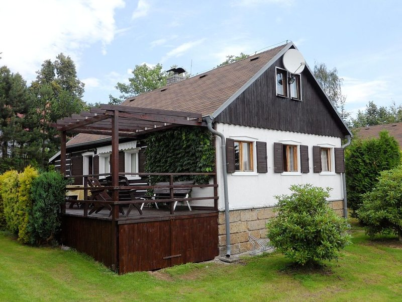 Detached house with a covered terrace, enclosed garden, 200 metres from the ski, holiday rental in Krasna Lipa