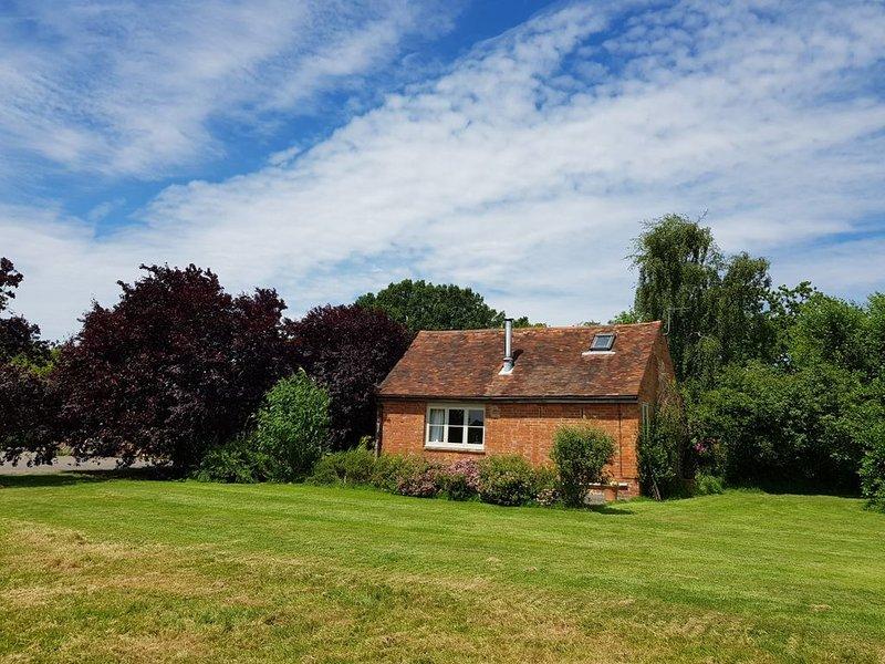 The Lodge - One Bedroom House, Sleeps 2, holiday rental in Kingsnorth