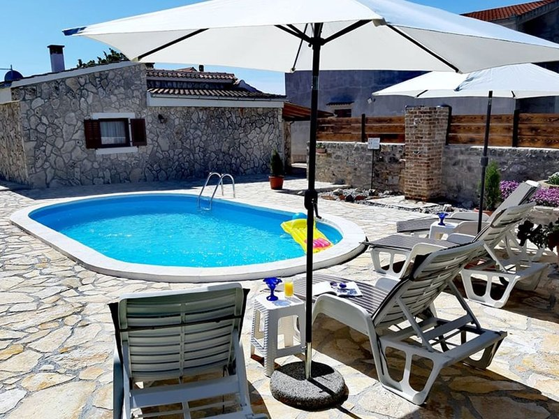 Modern Holiday Home in Zemunik Gornji with Pool, location de vacances à Suhovare