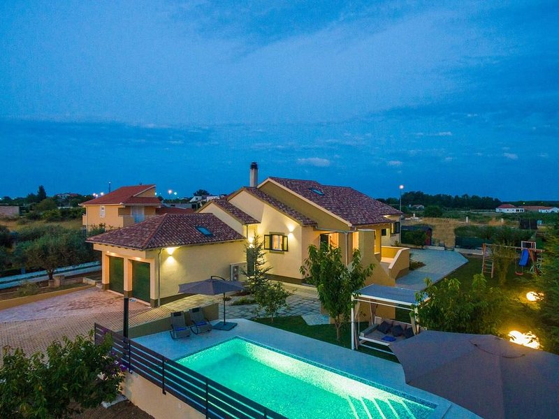 Elegant  4 bedroom villa with  private swimming pool, nice garden, tennis court, holiday rental in Ljubac