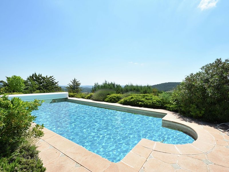 Beautiful villa on a hill, wide views of the environment., aluguéis de temporada em Saint-Etienne-d'Albagnan
