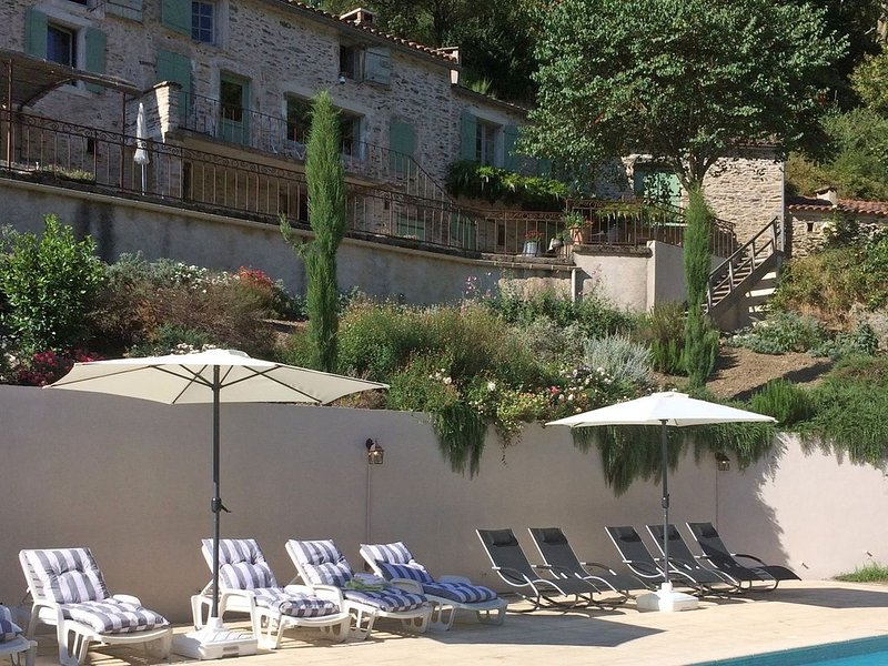 Luxury country house with heatable private pool and 7.5 ha property, location de vacances à Anglès