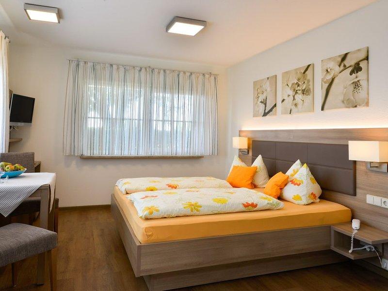 Doppelzimmer mit Dusche/WC und Terrasse, holiday rental in Umkirch