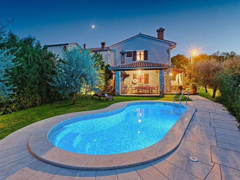 Ferienhaus Albino * Garten, privater Pool, Terrasse mit Grill, WLAN, holiday rental in Basko Polje