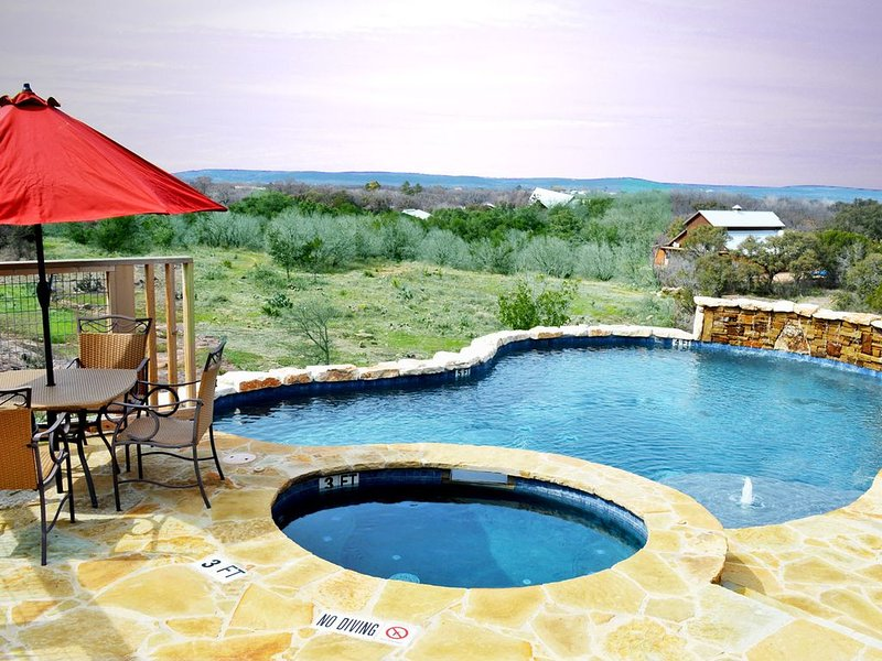 Beautiful Hill Country Sunset Views with private pool/hot tub, holiday rental in Kingsland