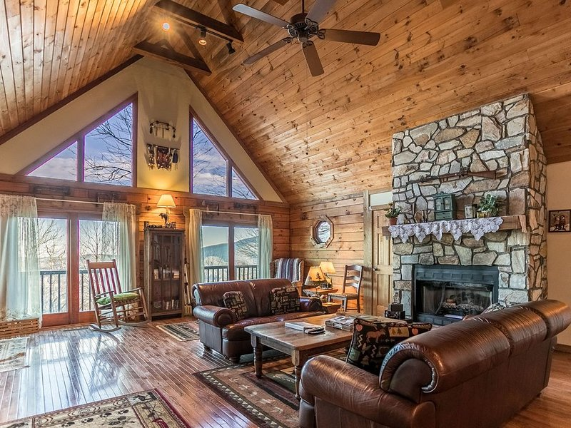 Meagan's Loft - Seven Devils! GREAT views, Game Room, Hot Tub, holiday rental in Seven Devils
