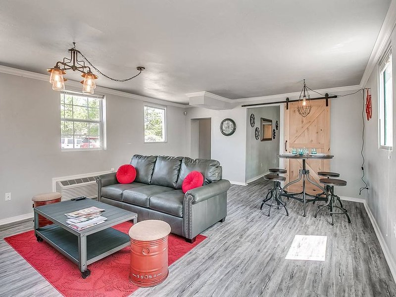 Indie Escape I-stone's throw to Plaza District, holiday rental in Oklahoma City
