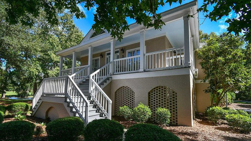 Delightful Villa Overlooking a Peaceful Pond and Sprawling Golf Course with a Po, vacation rental in Georgetown