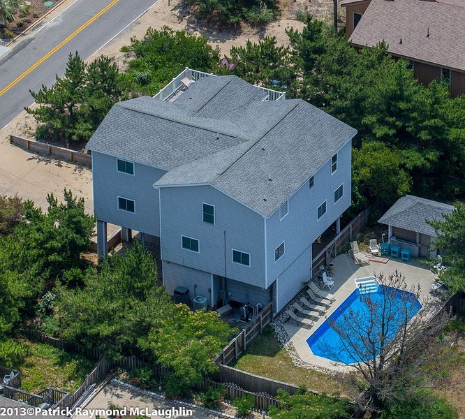 Just a few steps from the beach.Private Pool and cabana! NEW LISTING, alquiler de vacaciones en Virginia Beach