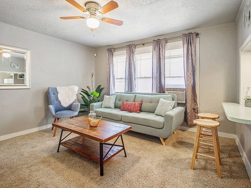Nice 'n Simple - Cozy & close to Plaza, holiday rental in Oklahoma City