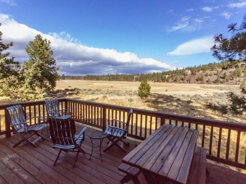 Beautiful Meadow Views | Walk to Town | Sisters OR Vacation Cabin, holiday rental in Sisters