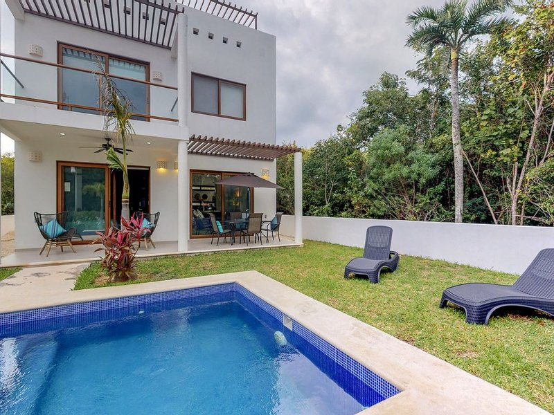 Modern home w/ two independent units, private pool, garden, terrace, AC & WiFi!, location de vacances à Chemuyil