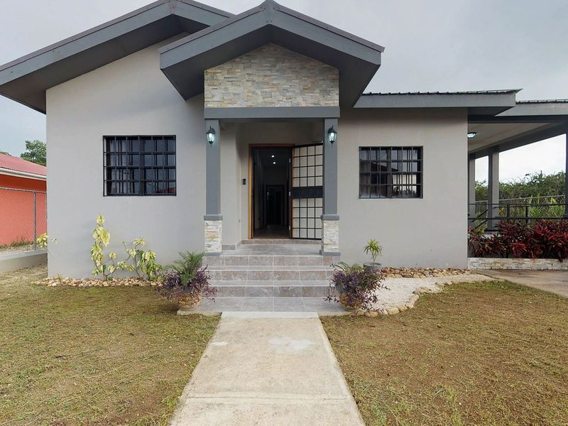 Newly constructed home w/ WiFi, full kitchen, entertainment, and partial AC!, location de vacances à Belize City