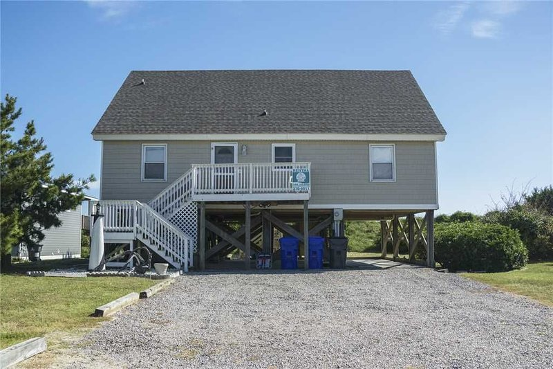 Katie Lou's Place: 5 Bedroom/2 Bath Dog-Friendly Oceanfront Home on Caswell Beac, location de vacances à Caswell Beach