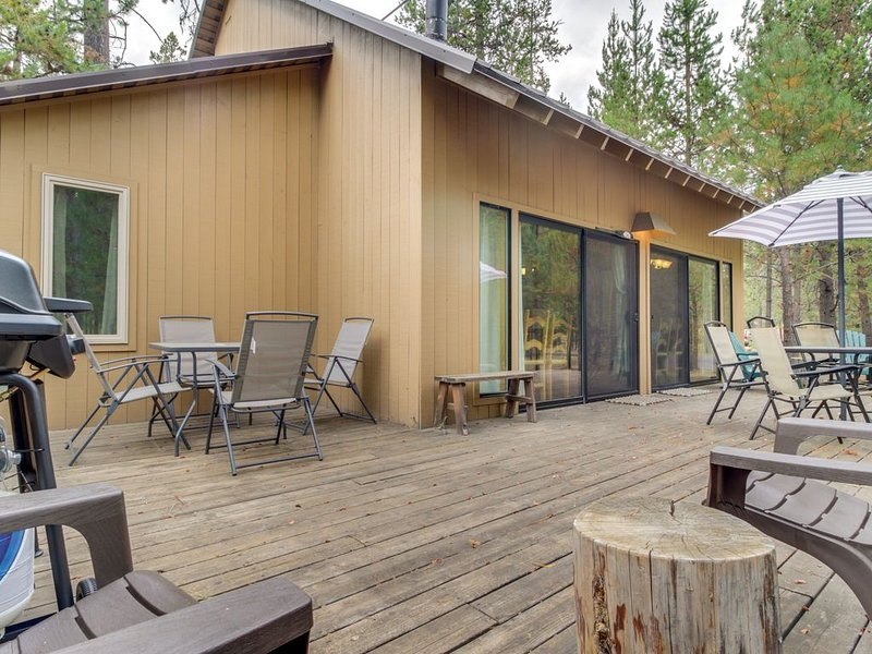 Cozy Sunriver cabin w/SHARC passes, shared pools/hot tub, location de vacances à Central Oregon