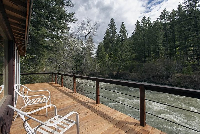 Fish,hike, relax at this creekfront property., location de vacances à Prier