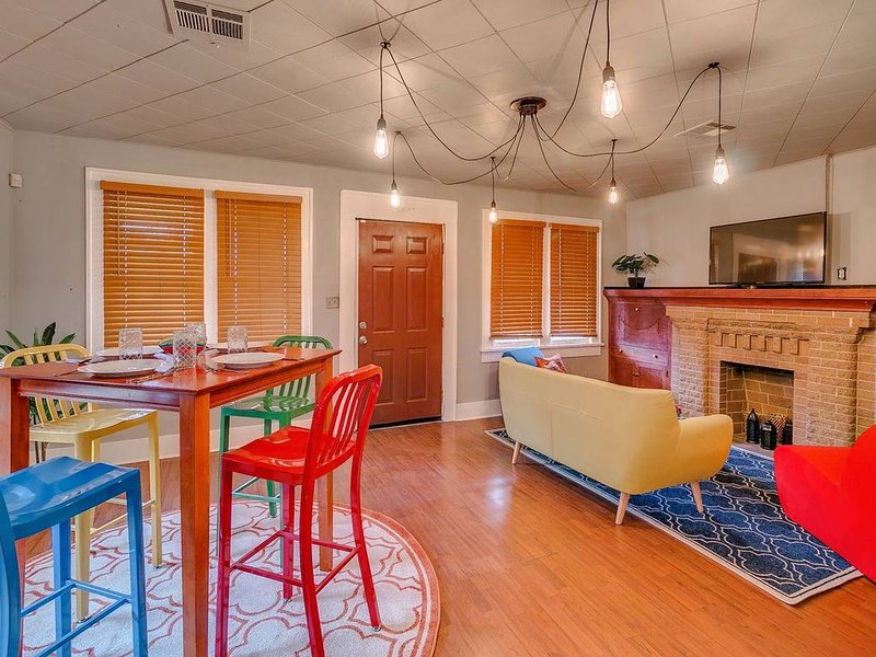 Canary Cottage-brighten your stay-central NW OKC, holiday rental in Oklahoma City
