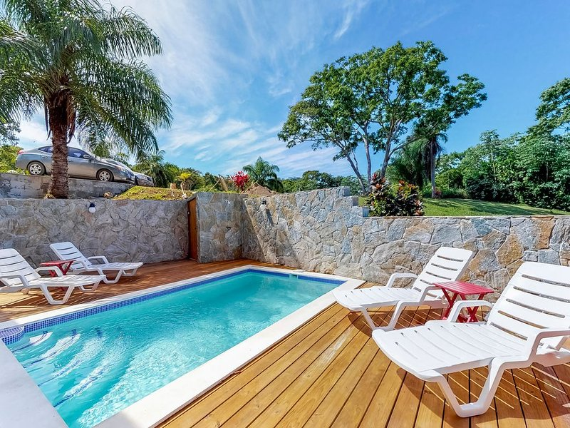 New, charming home w/ private pool & sea view - steps to Coral View Beach!, alquiler vacacional en French Harbour