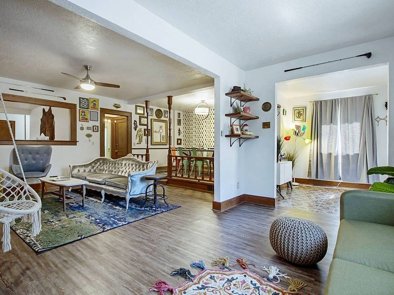 Eccentric Escape-hop, skip, jump to Plaza District, holiday rental in Oklahoma City