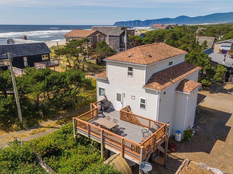 Casa Del Mar #171 Steps to beach, spacious, big decks family home., casa vacanza a Cloverdale