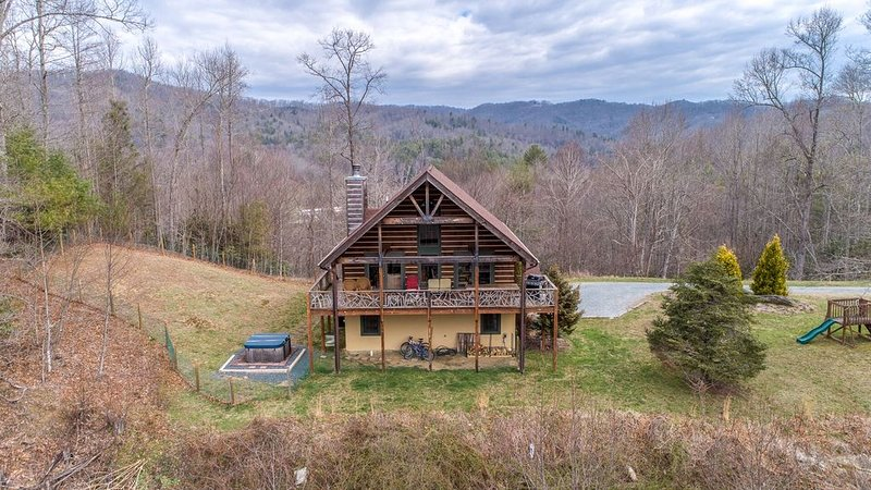 Rhys' River Valley - Beautiful mountain views, flowing river, and family getaway, holiday rental in Sugar Grove