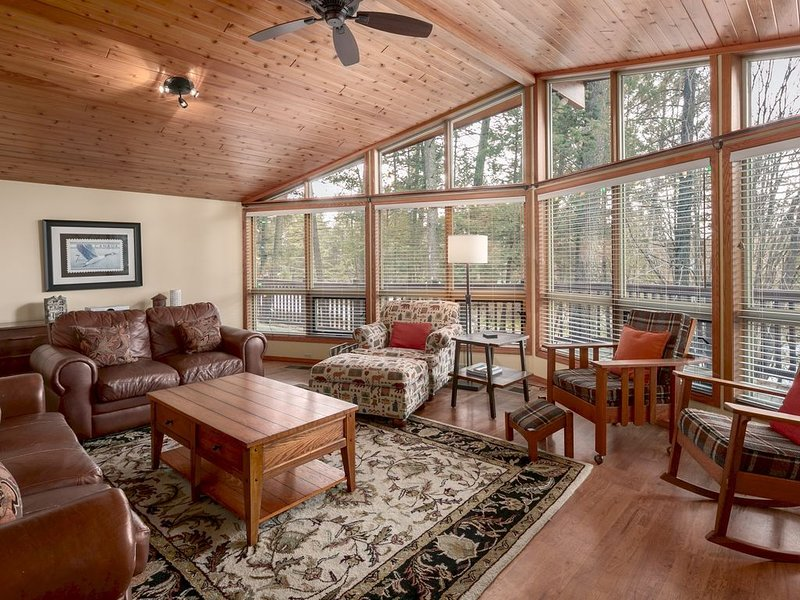 Falcon Cabin: Serene Location Minutes to trails, golf & beaches - PET FRIENDLY (, Ferienwohnung in Fairmont Hot Springs