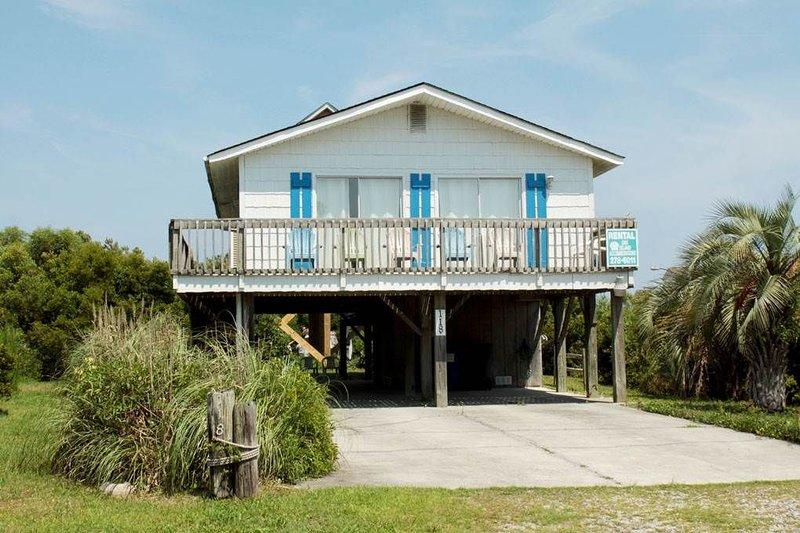 Quaint 3 Bed/2 Bath Beachwalk Rental on Oak Island, holiday rental in Long Beach