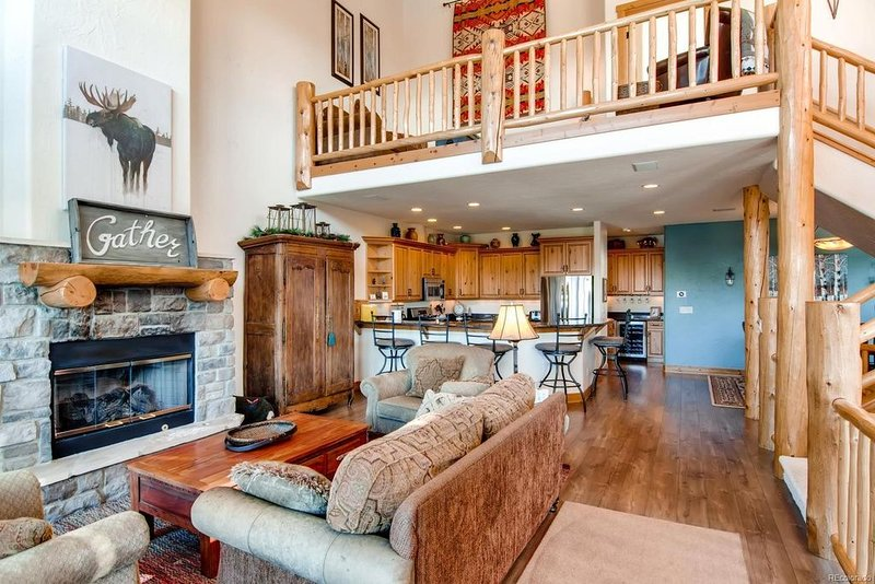Memories on Mountaineer - Deluxe 4BD, Hot Tub, Pool, Winter Shuttle, holiday rental in Steamboat Springs