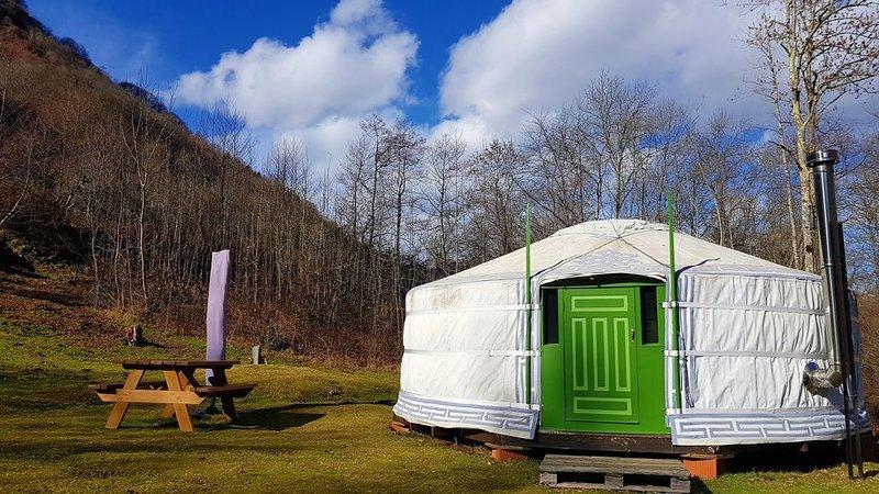 Yurt  / Yourte, calme, nature, isolé, rivière, dans les Hautes Pyrenees, vacation rental in Juncalas