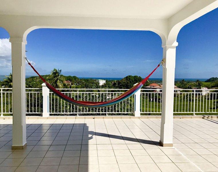 Maison spacieuse avec une belle vue dégagée sur la nature et la mer, location de vacances à Petit-Bourg