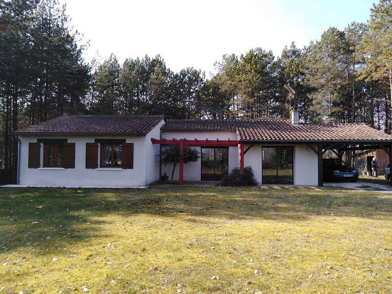 charmante maison de plein pied sous les pins, holiday rental in Clermont de Beauregard