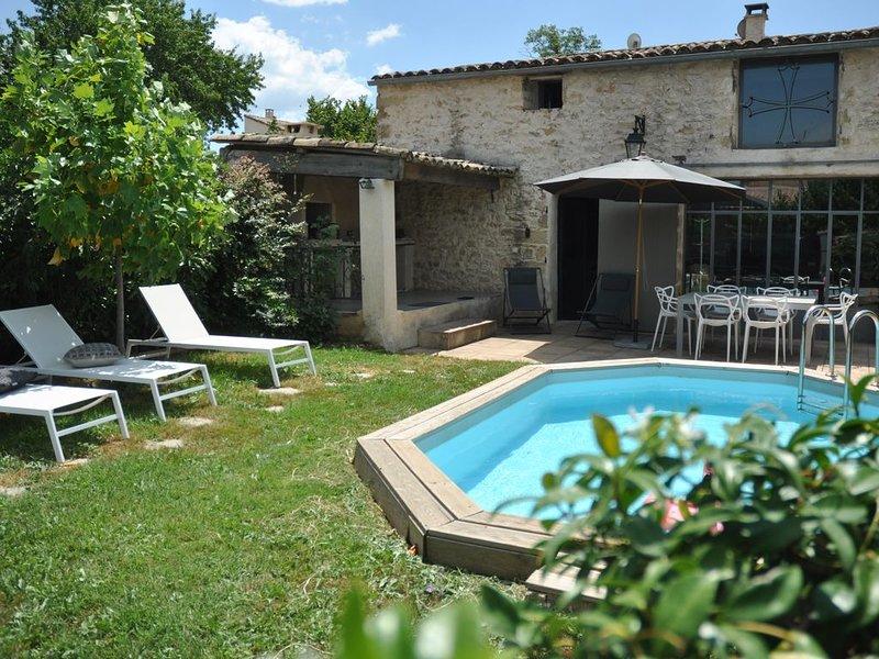 Maison de caractère rénovée proche de Uzes (Gard), avec piscine et jardin privés, holiday rental in Valliguieres