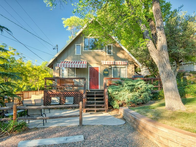 JUST 1 MILE FROM DOWNTOWN SQUARE - HOMEY CABIN NESTLED IN THE PINES, casa vacanza a Skull Valley
