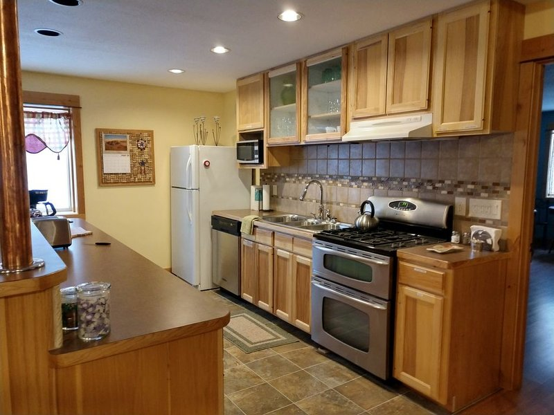 Clean, Stocked, Cozy Apartment, Sleeps 6-8, 2,080 SF & Close to Everything!, holiday rental in Four Corners