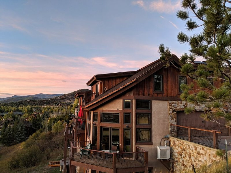 Magical Chalet | Close to Everything | Sweeping mountain Views | Slps 14, aluguéis de temporada em Steamboat Springs
