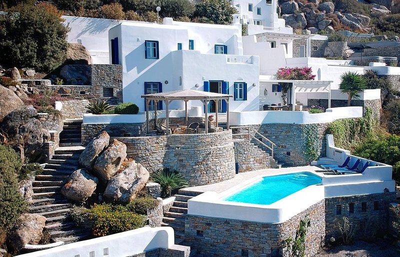 WONDERFUL VILLA WITH SPECTACULAR VIEWS AND PRIVATE POOL, 150m FROM THE BEACH, aluguéis de temporada em Naxos