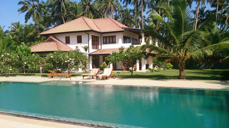 Beach Villa With Pool and Tennis Court. Private chef. Fully staffed and AC., vacation rental in Kalutara