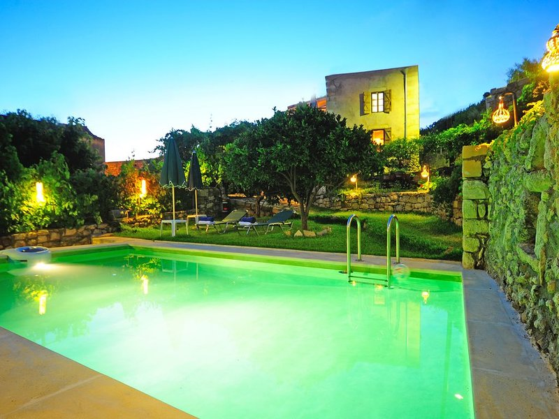 Villa Oikos 1900 Traditional  House with pool, garden, 4BR, 4BA/WC,splendid view, alquiler vacacional en Kaloniktis
