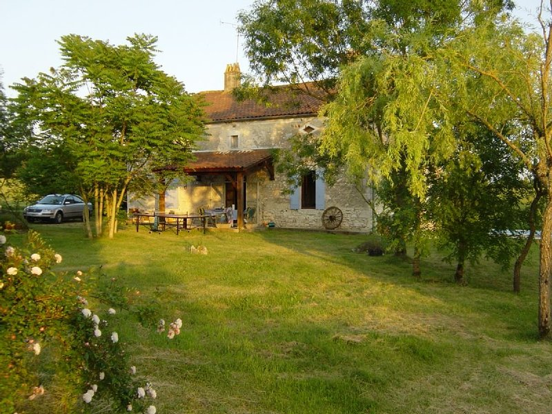 Secluded stone farmhouse in beautiful countryside with private 12x6m pool, vacation rental in Saint Julien d'Eymet
