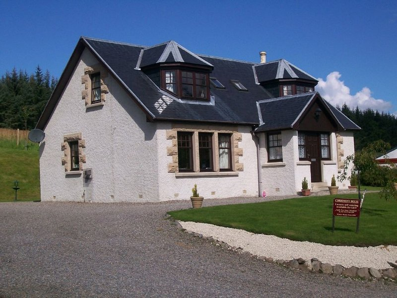 Beautiful modern home with fantastic views over the pine forests onto the hills, vacation rental in Grantown-on-Spey
