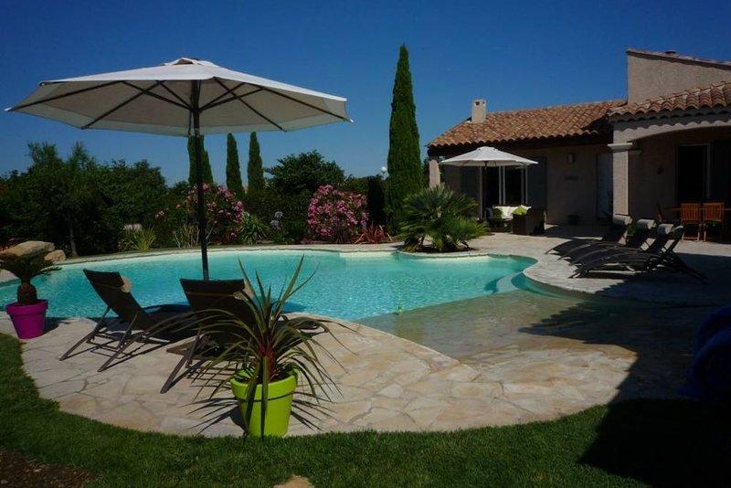 jolie villa provençale sur terrain arboré avec piscine d'architecte proche mer, holiday rental in Marignane