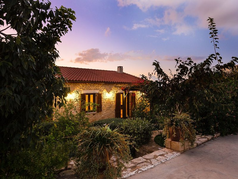 Traditional House With Pool And Great View!, alquiler de vacaciones en Pikris