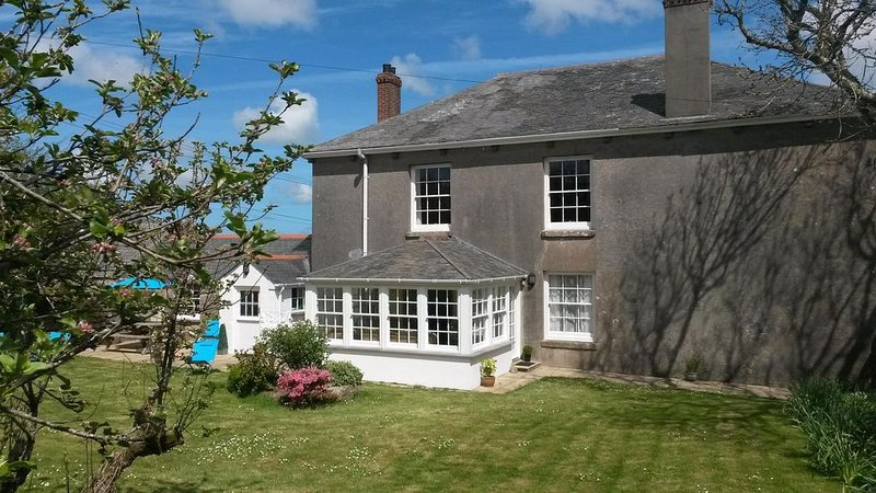 Cottage with large private garden, surrounded by farmland. Family & dog friendly, holiday rental in Penzance