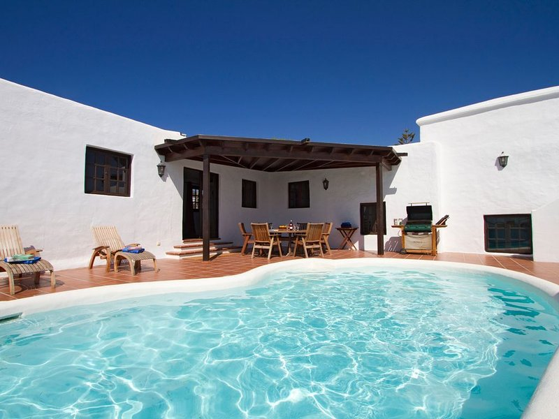 Finca with Private Pool and Striking Views of Hills and Sea, Ferienwohnung in Tias