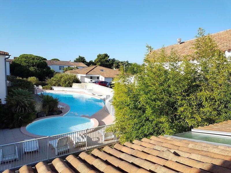 Très joli DUPLEX île de Ré***vue piscine, à 2 min plage de La Couarde sur mer., holiday rental in Loix