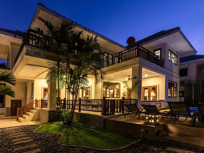 Beautiful Villa Located Close To City Centre With Tropical Surroundings – semesterbostad i Hua Hin