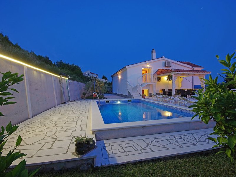 BIG FAMILY HOUSE WITH HEATED POOL FOR 16 PERSONS, holiday rental in Stanici