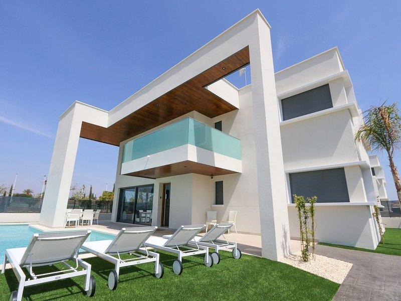 Luxury Villa walking distance  the beach with in a quiet parc. CHEAP PRICE, location de vacances à San Pedro del Pinatar